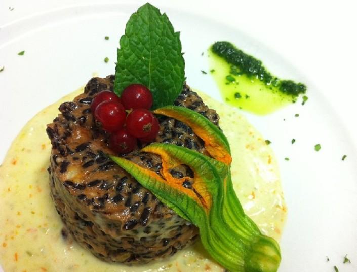 Ristorante Maestrale Roma pesce - Risotto nero salmone e fiori di zucca su velluttata di mascarpone